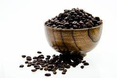 Kaffebönor i en kupa Arkivfoto