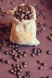 Kaffebönor i en påse Royaltyfri Foto