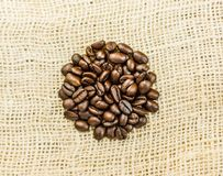Kaffebönor i en rundad form Arkivfoton
