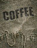 Kaffebönor i en säckvävsäck Royaltyfri Bild