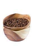 Kaffebönor i en träkopp Royaltyfria Bilder