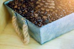 Kaffebönor i en zinkspjällåda arkivfoton