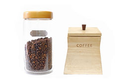 Kaffebönor i exponeringsglaskrus och träask Royaltyfri Bild