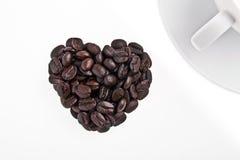 Kaffebönor i hjärta formar Arkivbilder