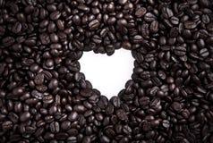 Kaffebönor i hjärta formar Arkivbild