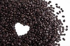 Kaffebönor i hjärta formar isolerat på vit Royaltyfria Foton