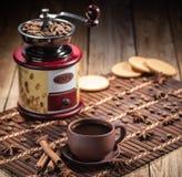 Kaffebönor i jutepåse med kaffekvarnen arkivfoto