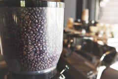 Kaffebönor i kaffegrinder Arkivfoton