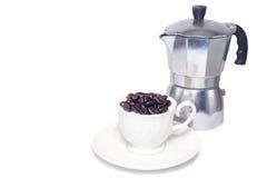 Kaffebönor i kopp Arkivbilder