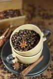 Kaffebönor i kopparna Arkivfoto