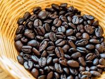 Kaffebönor i korg Royaltyfri Fotografi
