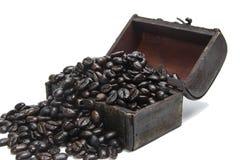 Kaffebönor i liten bröstkorg Royaltyfri Foto