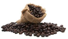 Kaffebönor i påsen som isoleras på vit Royaltyfri Bild