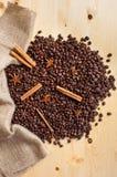 Kaffebönor i säckväv Arkivbild