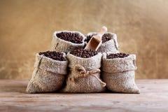 Kaffebönor i säckvävpåsar Royaltyfri Fotografi