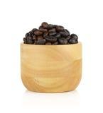 Kaffebönor i träbunke på vit bakgrund Royaltyfria Foton