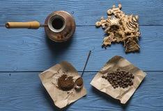 Kaffebönor, jordkaffe Arkivbilder