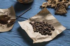 Kaffebönor, jordkaffe Arkivfoto