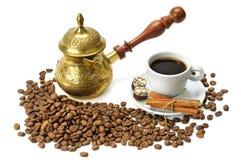 Kaffebönor, kaffekruka och kopp royaltyfri bild