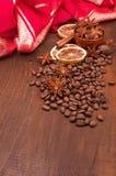 Kaffebönor, kanel och stjärnaanis Arkivfoton