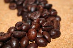 Kaffebönor korkar på bakgrund Royaltyfri Fotografi