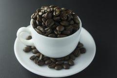 Kaffebönor mald kaffe och kopp av svart kaffe royaltyfria foton