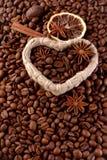 Kaffebönor med en kanelbrun pinne Royaltyfria Bilder