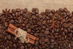 Kaffebönor med kanel arkivfoto