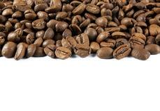 Kaffebönor med vit bakgrund Arkivfoton