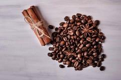 Kaffebönor, närbild för kanelbruna pinnar Arkivbild