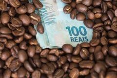 kaffebönor och Brasilien pengar/reais royaltyfri bild