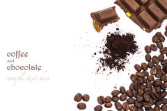 Kaffebönor och choklader på den vita tabellen Fotografering för Bildbyråer
