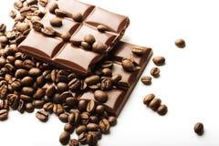 Kaffebönor och chokladstycken arkivfoto