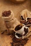 Kaffebönor och cupCoffeebönor och kopp Arkivfoto