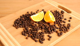 Kaffebönor och en apelsin Royaltyfria Foton