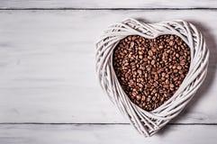 Kaffebönor och en vit hjärta Royaltyfri Fotografi