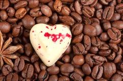 Kaffebönor och godis för vitchokladhjärta Royaltyfri Foto