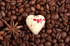 Kaffebönor och godis för vitchokladhjärta Fotografering för Bildbyråer