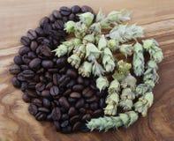 Kaffebönor och grekiskt bergte royaltyfria bilder