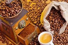Kaffebönor och grinder Royaltyfri Bild