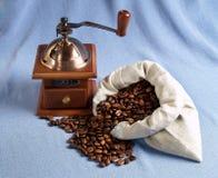 Kaffebönor och grinder Arkivbilder