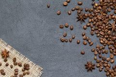 Kaffebönor och ingredienser på svartstenbakgrund, bästa sikt arkivbild