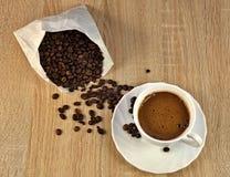 Kaffebönor och kaffe Arkivbilder