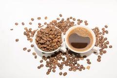 Kaffebönor och kaffe arkivfoton