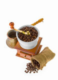 Kaffebönor och kaffe på en vit bakgrundsisolering Royaltyfria Foton
