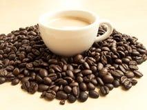 Kaffebönor och kaffe rånar Arkivbild
