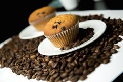 Kaffebönor och kaka Fotografering för Bildbyråer