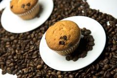 Kaffebönor och kaka Royaltyfri Fotografi