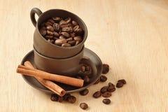 Kaffebönor och kanel Fotografering för Bildbyråer