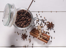 Kaffebönor och kanel Arkivfoto
